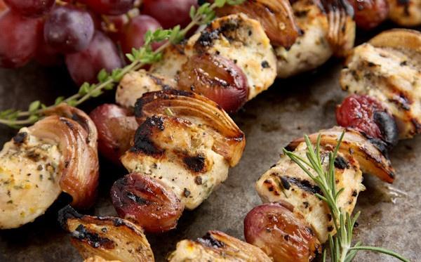 Brochetas de pollo con uvas salteadas
